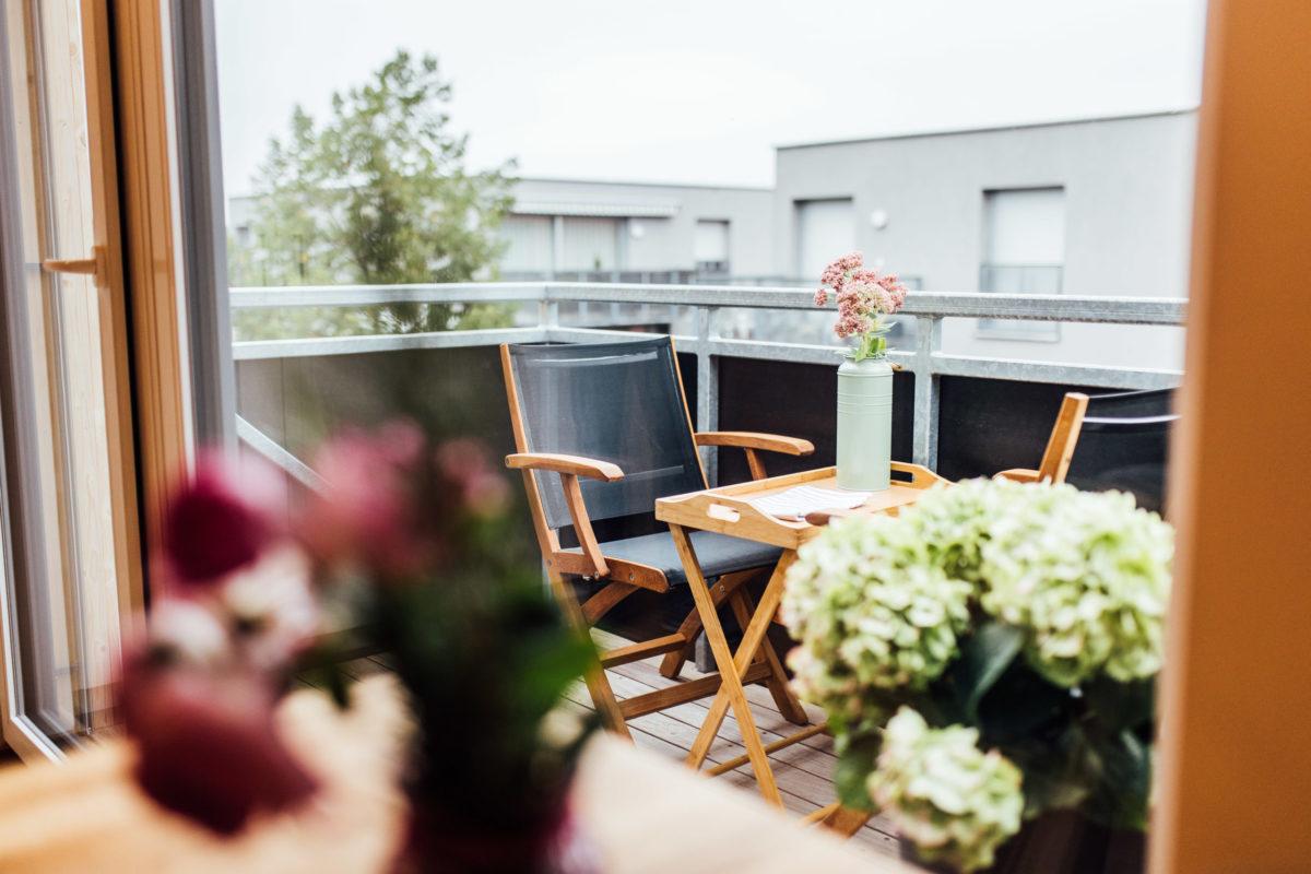 Auf dem Balkon im Schorenhaus gibt es frische Luft und einen herrlichen Ausblick.