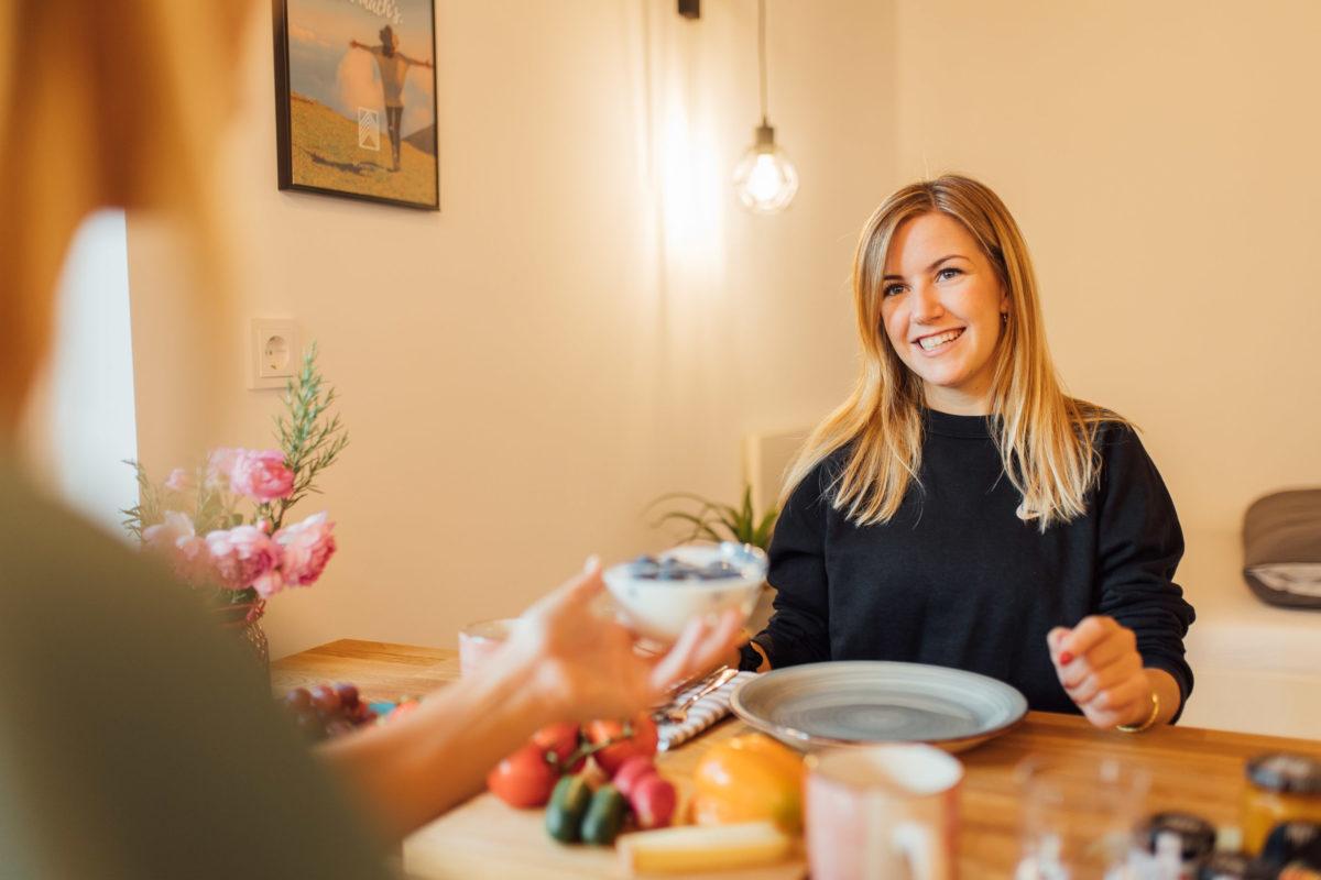 Bewohnerin im Schorenhaus genießt das Essen mit einer Freundin