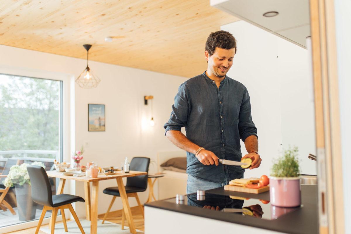 In der Küche vom Schorenhaus ein Essen zubereiten